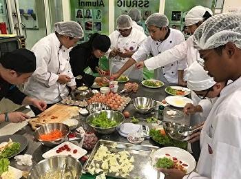 นักเรียนสาขาการจัดการโรงแรม วิชาเอกธุรกิจภัตตาคาร รหัส60 เรียนปฏิบัติการในรายวิชา HIR3406 Breakfast and Sandwich Preparation & HIR3407 Salad and Appetizer โดยอาจารย์ยุพาพร กิจหว่าง