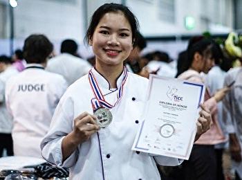 นางสาวฐิติรัตน์ ท้าวนอ (ฝ้าย) นักเรียนสาขาการจัดการโรงแรม เอกธุรกิจภัตตาคาร ได้รับรางวัลเหรียญเงินจากการแข่งขันทำอาหาร รายการ Thailand International Culinary Competition 2019 (TICC2019) of Class C2 World Street Food: Individual