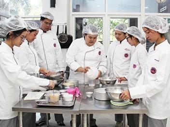 นักศึกษาสาขาการจัดการโรงแรม วิชาเอกธุรกิจภัตตาคาร รหัส61 ในวิชาเรียน HIR2303 Cake and Pastries Preparation ณ วิทยาลัยนานาชาติ มหาวิทยาลัยราชภัฏสวนสุนันทา 5 มีนาคม 2563